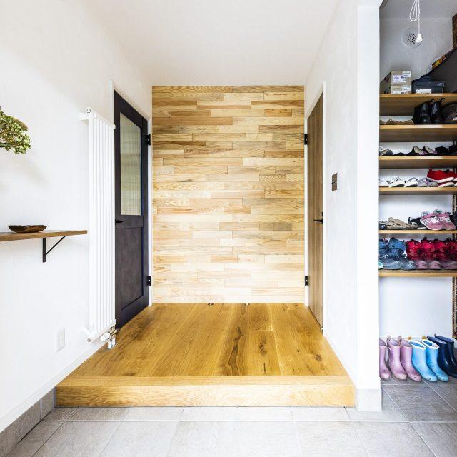 ナラの木を壁に張ったぬくもりある玄関