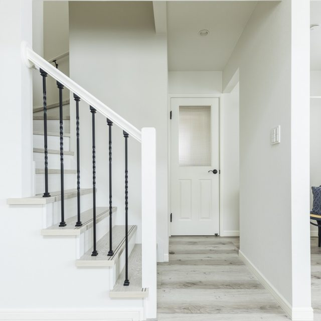 アイアンの手すりが映える階段。