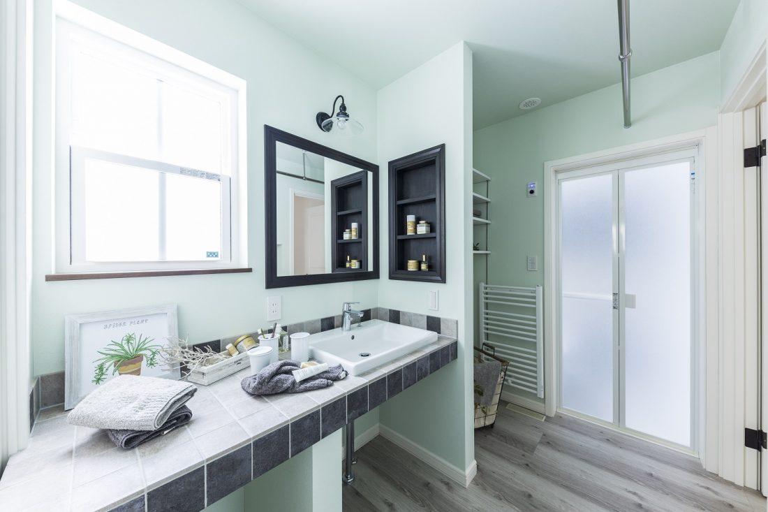キッチン横に設けた広いユーティリティスペース。収納も充実です。