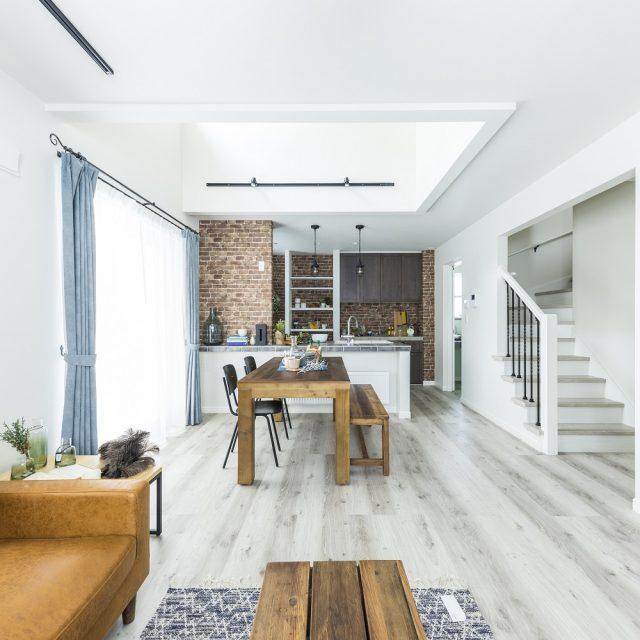 グレーやホワイトなどを基調としたLDK。照明や階段手すりで黒を用いることでエッジの効いた印象に。