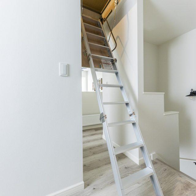 小屋裏収納へとつながる階段。使わないときは畳んで天井に収納。通常の階段にすることも可能です。