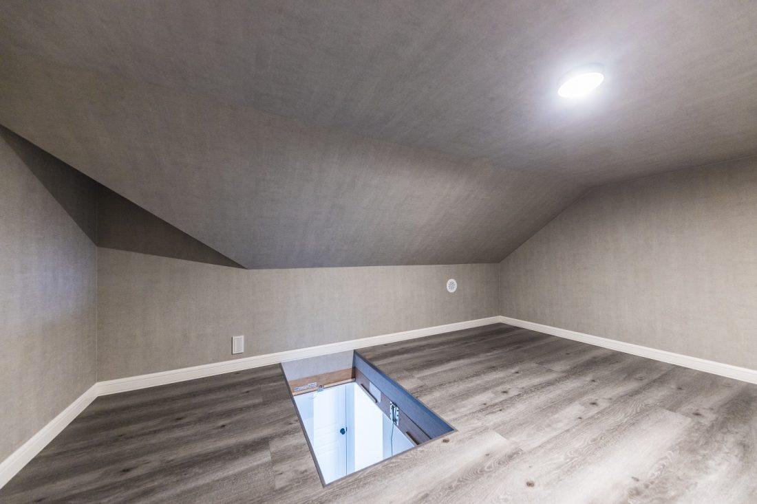 三角屋根ならではの小屋裏収納。書斎など秘密基地のように使うオーナー様もいらっしゃいます。