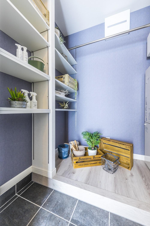 広いシューズクローゼットを設けた玄関。ブルーのクロスが清潔感を演出。