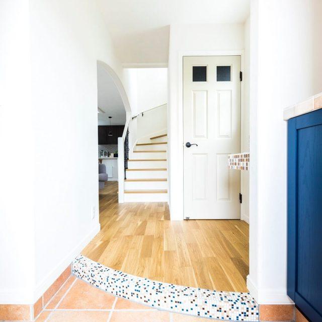 南欧らしいテラコッタカラーの土間タイルが映える玄関