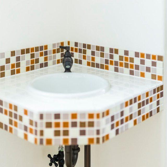 玄関にはタイルのミニ手洗いを設置。
