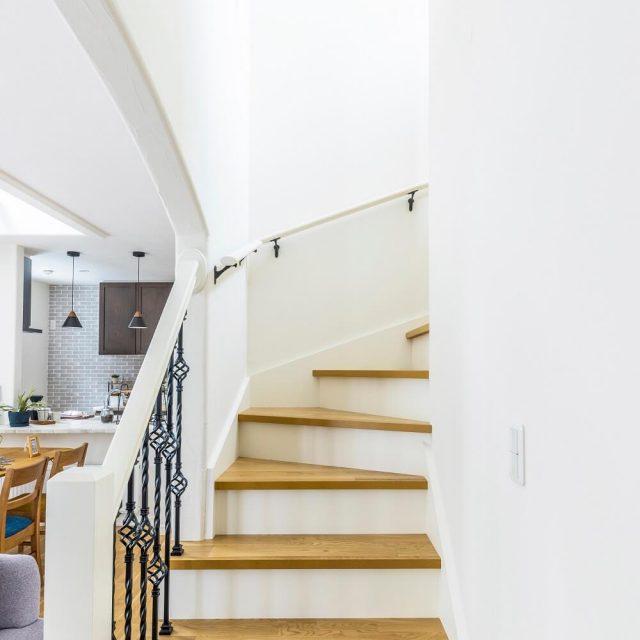アイアン手すりがおしゃれな階段。