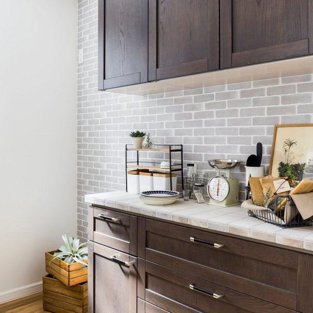 キッチンとお揃いのタイルでコーディネートした食器棚