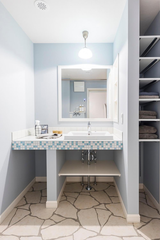 ブルーを基調としたオリジナル洗面台。フロアタイルも雰囲気を盛り上げています。