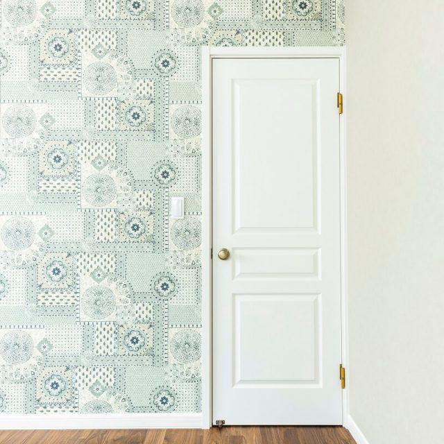 お気に入りの壁紙にデザイン建具ドアで、海外のお部屋のような雰囲気に。