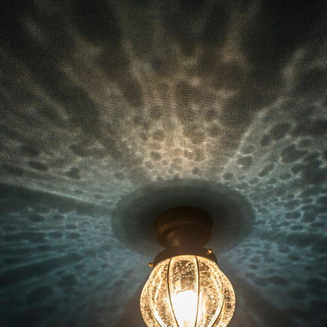 反射がとってもきれいなガラス照明。電気のONOFFどちらも楽しめるデザイン♪