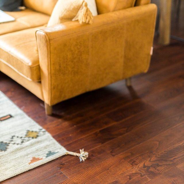 1階リビングにはぬくもりを感じられる無垢材のフロアを。裸足で歩きたくなる質感です。