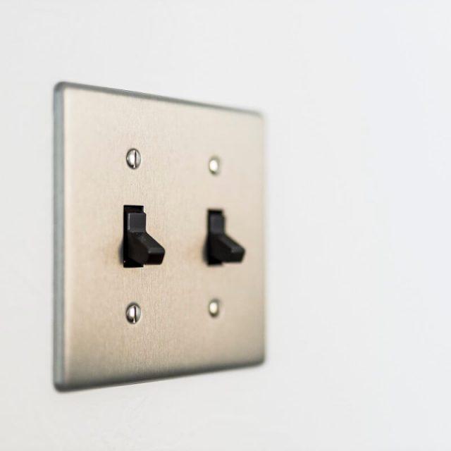 リビングにはアメリカのお家のようなスイッチプレートを採用。