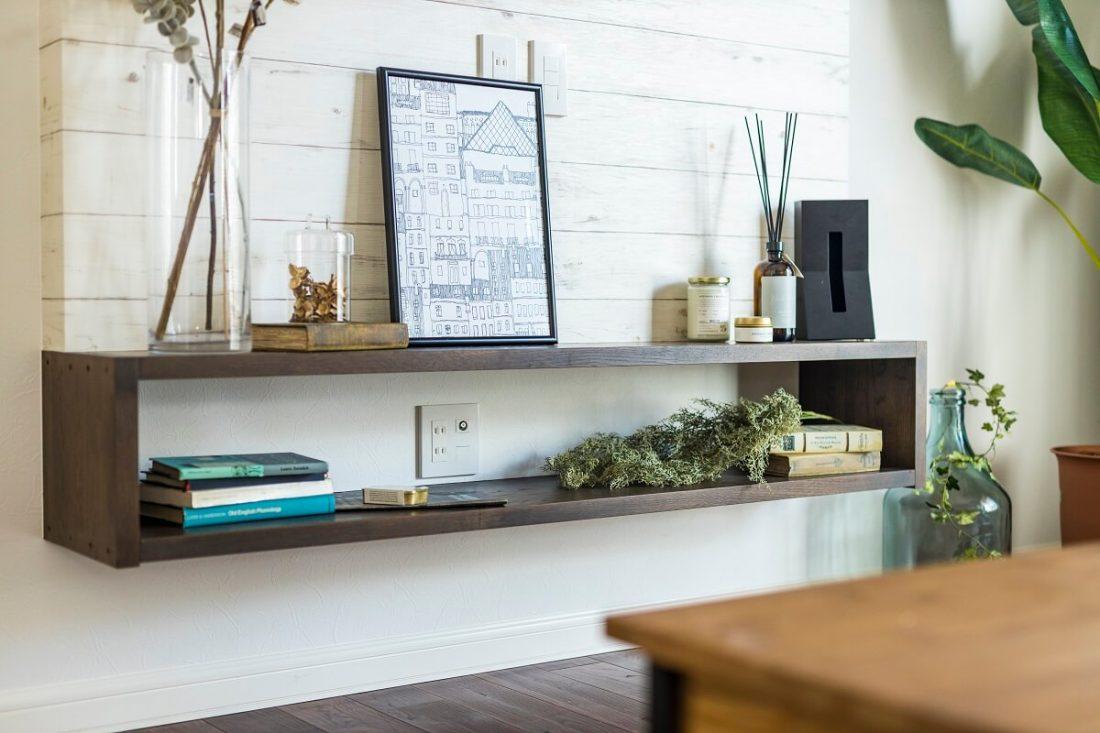 テレビボードは壁掛けテレビ用にオーダーメイド。