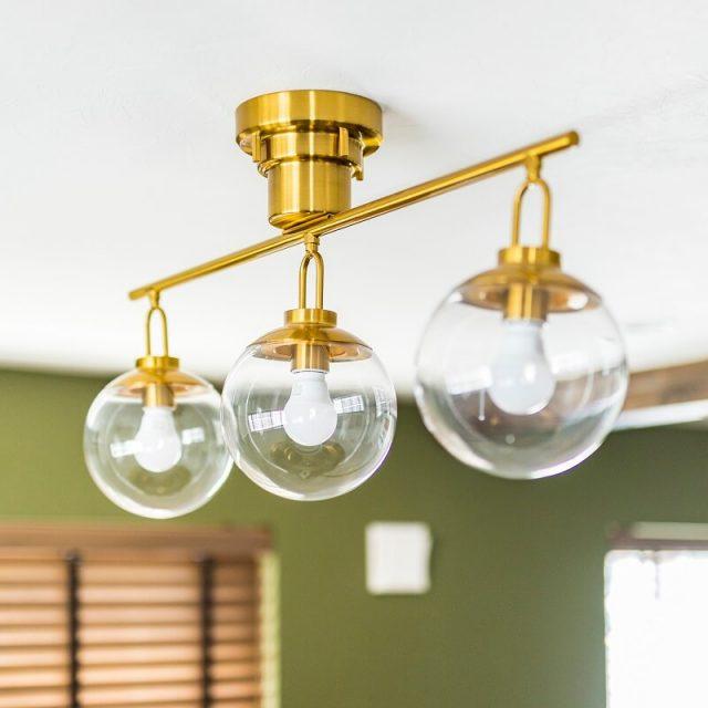 リビングにはゴールドがポイントになるデザイン照明を。