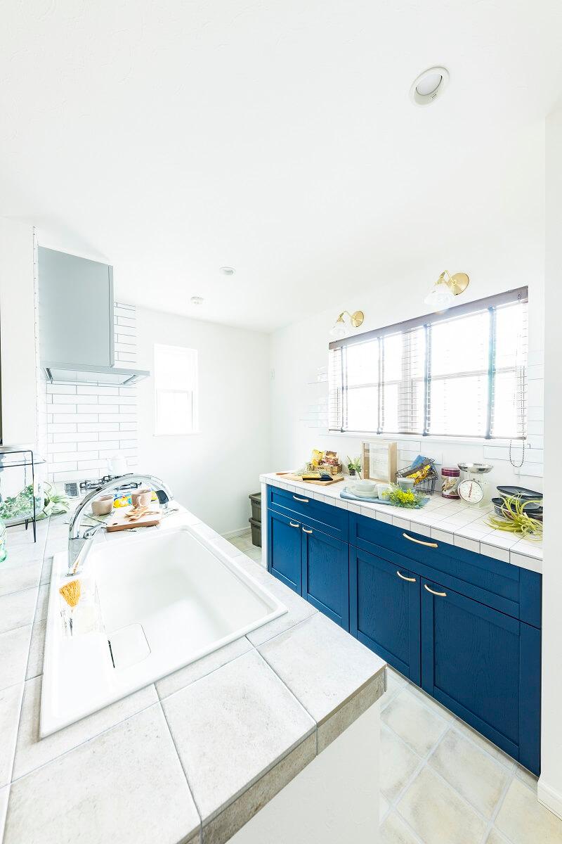 ブルーの面材がポイントになったタイルキッチン。背面壁にもタイルをあしらっています♪