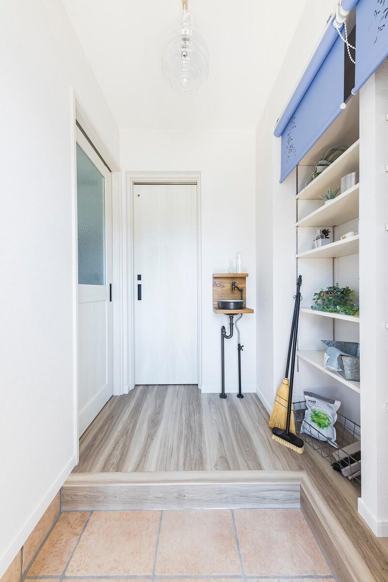 たっぷり収納棚とミニ手洗いを設けた玄関。