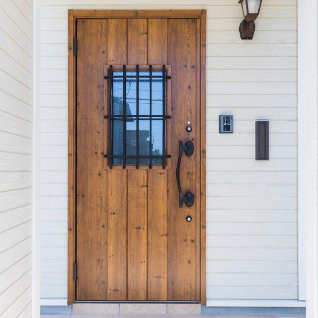 あたたかみのある木目調の玄関ドア。ポーチライトも雰囲気にぴったり!