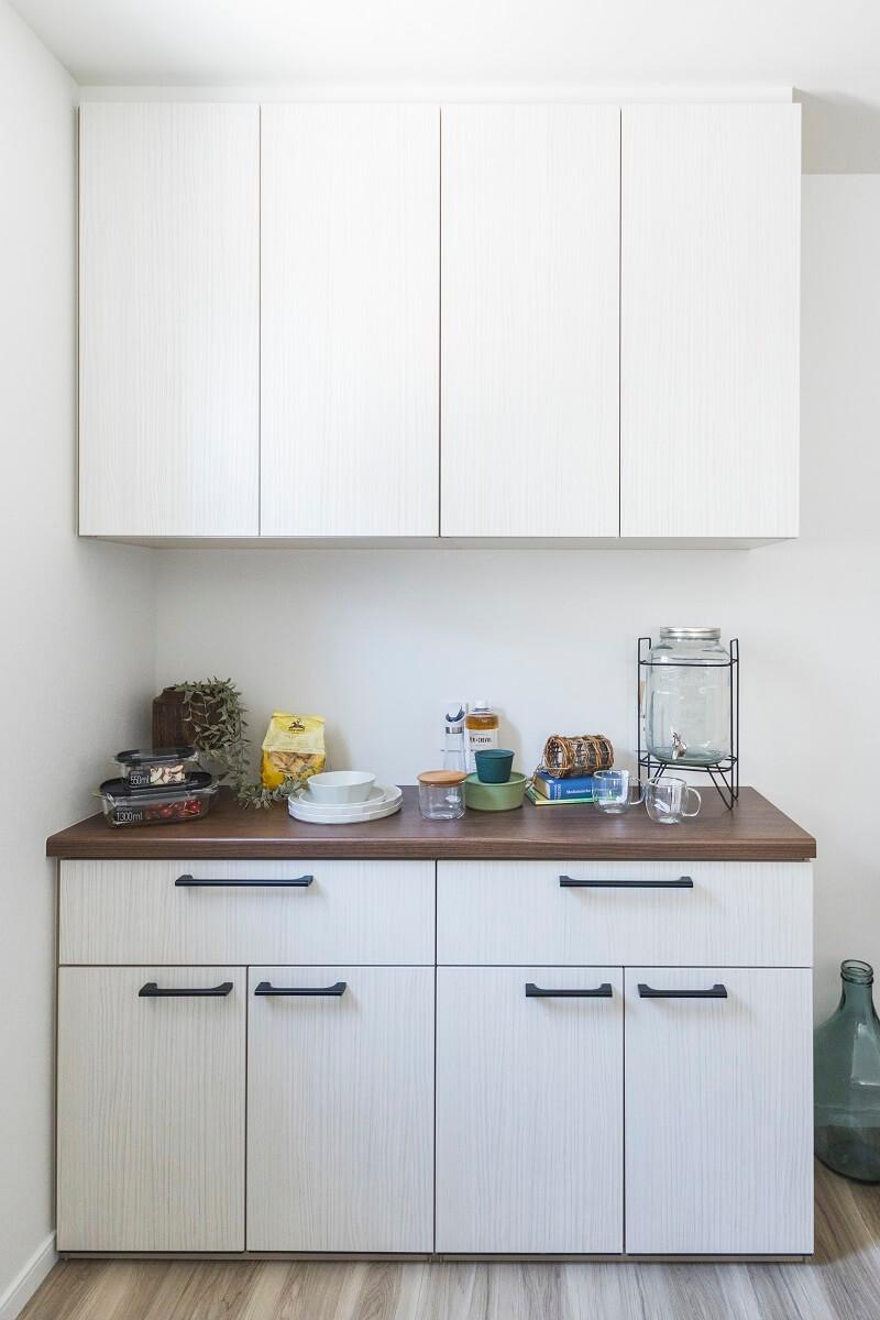 キッチンとお揃いの食器棚は、黒の引き手とウォールナットの天板がGood!